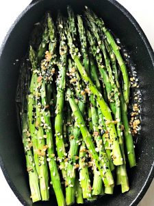 baked asparagus with seasoning